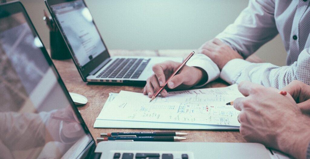 5 Tipps für Rechtsübersetzer Personen am Computer